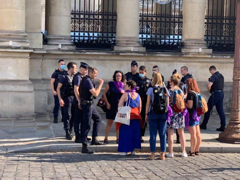 devant l'assemblée nationale des militantes souhaitant faire une photo d'une banderole face à des policiers en nombre. pas le droit de prendre la photo !