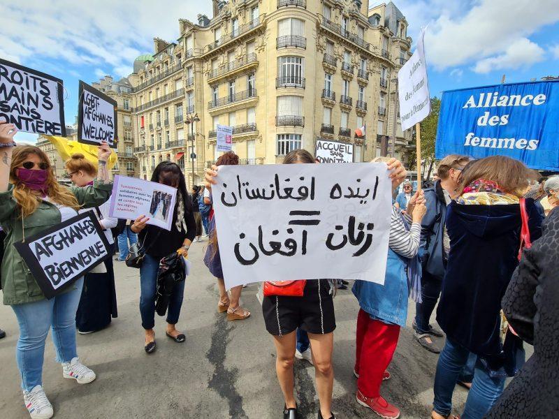 pancartes en arabe et drapeau alliance des femmes