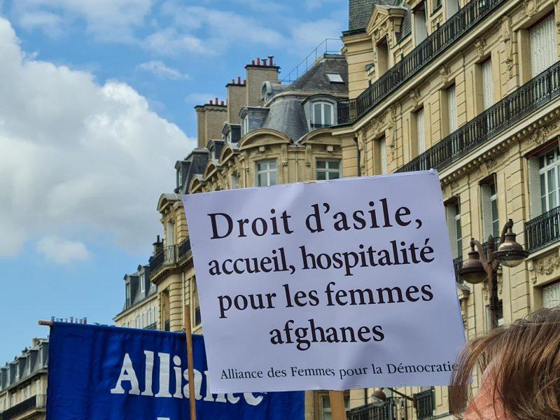 pancarte droit d'asile accueil hospitalité pour les femmes afghanes