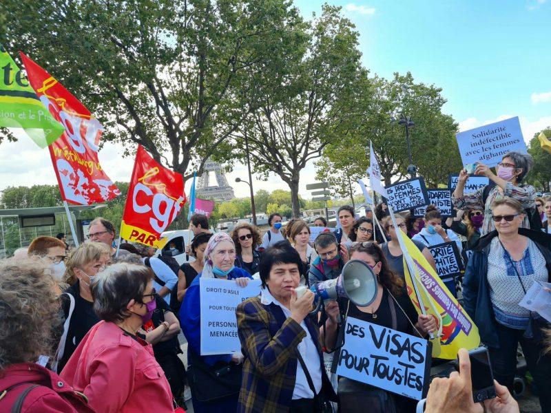 Mobilisation avec drapeaux CGT à Paris pancartes Des visas pour toutes solidarité indéfectible avec les femmes afghanes militante avec porte voix